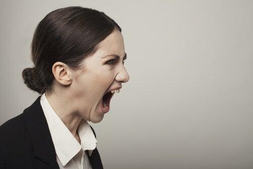 Mujer gritando enfadada