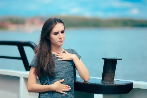 Mujer con hidrofobia con mareo en un barco