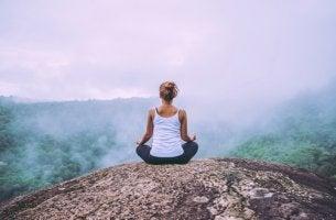 Mujer meditando en una montaña