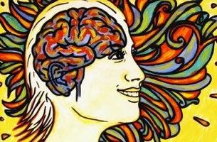 mujer sonriendo simbolizando que la felicidad está en tu hemisferio izquierdo