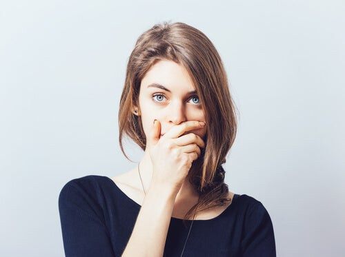 Mujer tapándose la boca