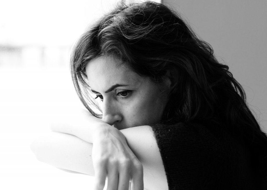 Mujer triste ante los pensamientos suicidas