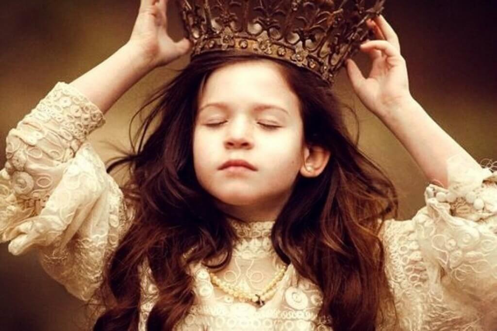Niña con corona