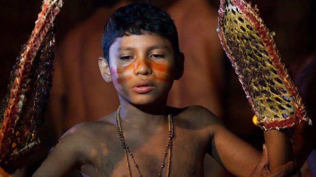 Niño de la tribu Satere Mawé