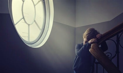 niño solo en barandilla simbolizando cómo los padres afectan a nuestra salud mental