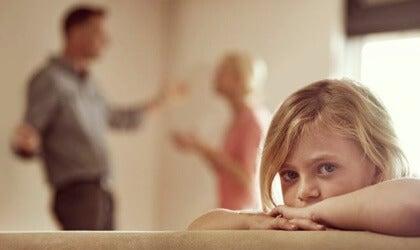 niña simbolizando a un niño hiperactivo