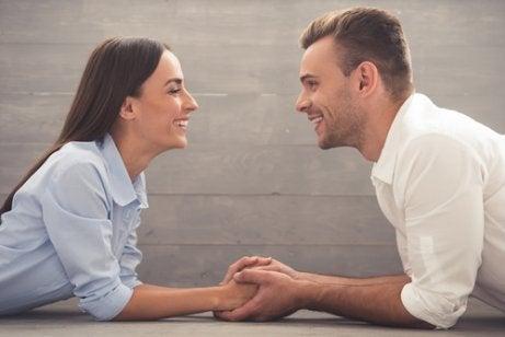 Pareja hablando frente a frente pare representar la toma de decisiones en la pareja