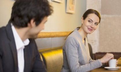chico mirando a chica simbolizando el lenguaje corporal de un hombre enamorado
