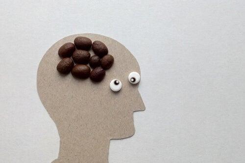 Perfil de una persona con café en el cerebro