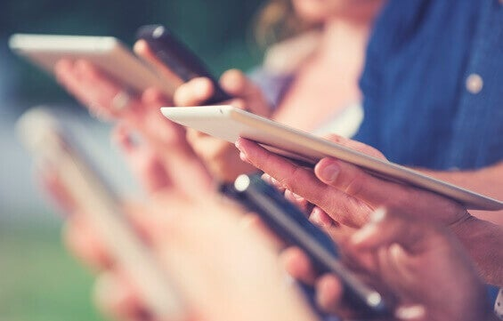 Personas con tablets y teléfonos