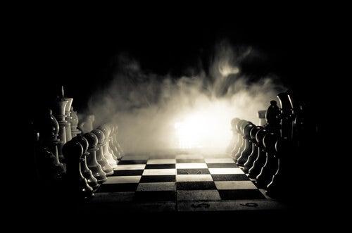 Tablero de ajedrez con las piezas en los laterales