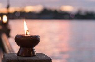 Vela con la llama encendida