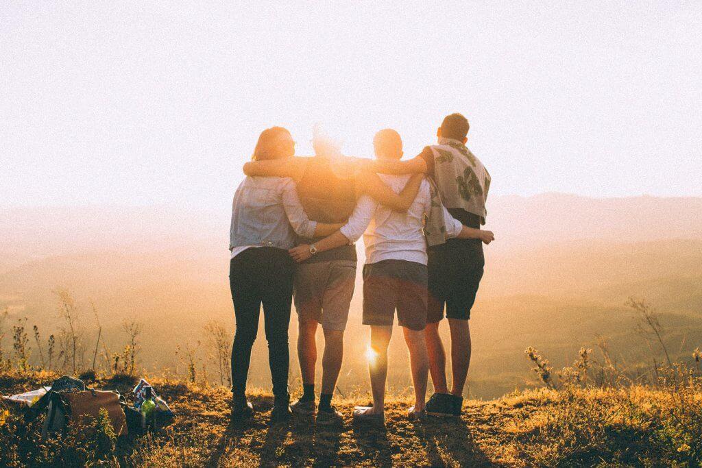Amigos de espaldas abrazados