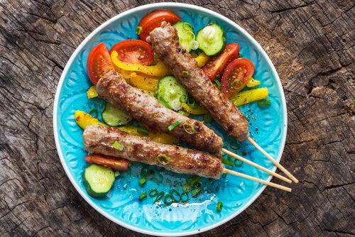 Brochetas de carne con verduras para representar la comida de los flexitarianos