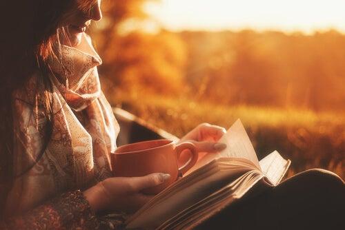 Chica leyendo libro sobre el placer al atardecer