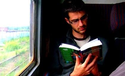 chico en tren para representar los beneficios de leer mientras viajamos