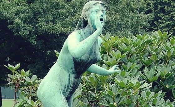 estatua simbolizando el síndrome de eco