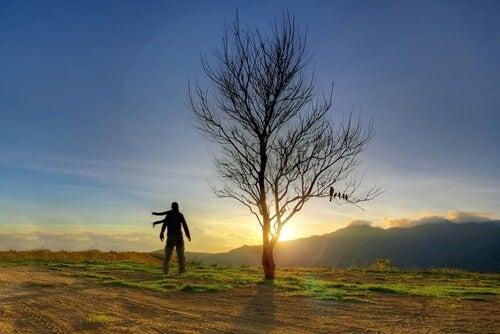 chico ante árbol simbolizando que te quieres a ti mismo