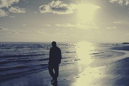 hombre paseando por playa simbolizando las caras del narcisismo