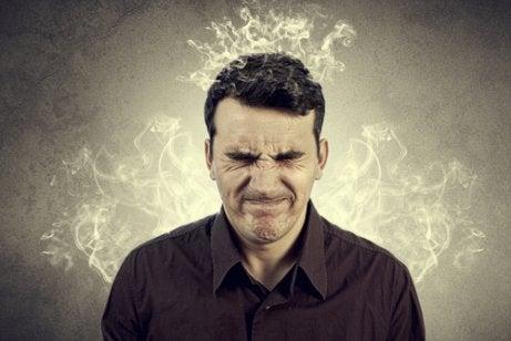Hombre enfadado que sufre emociones destructivas
