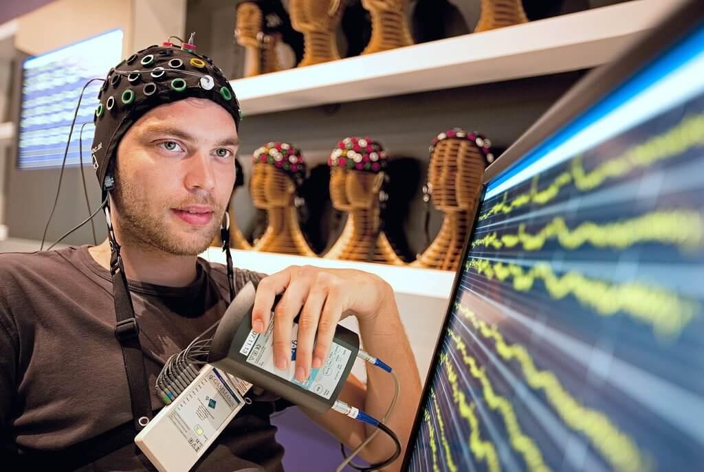 Hombre con dispositivo para medir su actividad cerebral que representa el Neurogaming