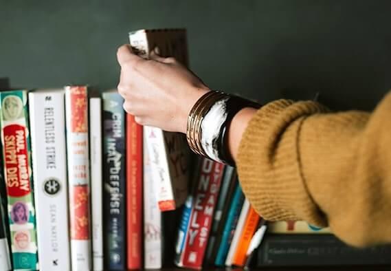 estantería con libros para vencer la ansiedad
