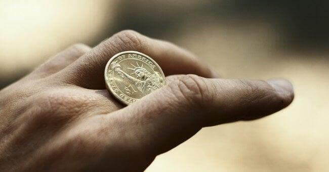 Mano con una moneda