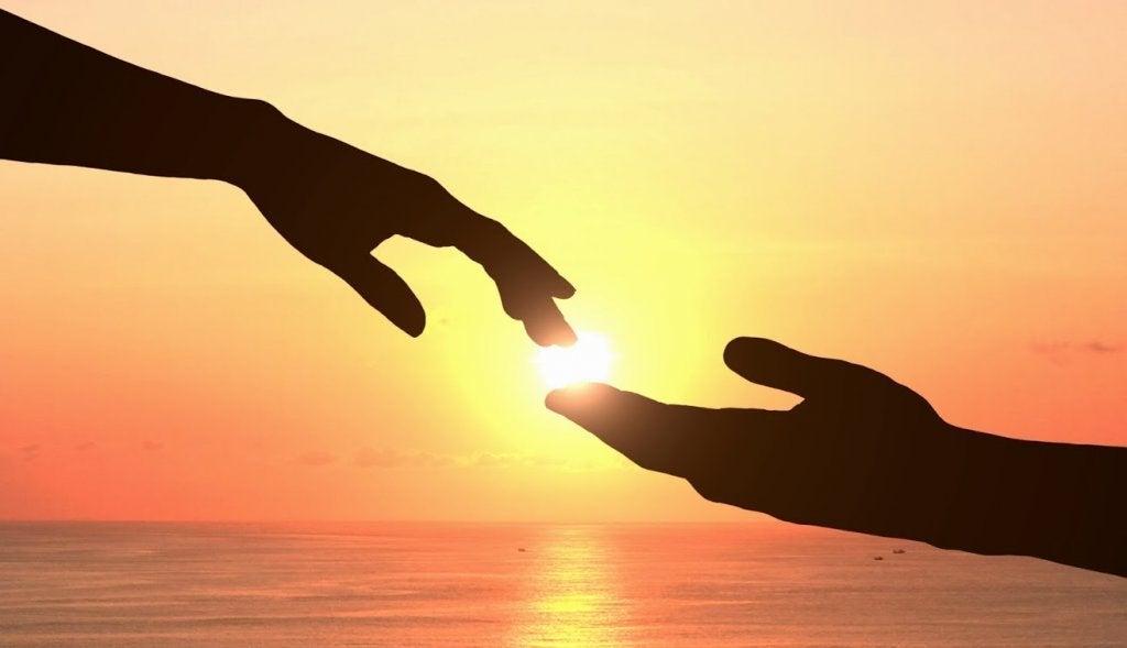 Manos tocándose simbolizando la fuerza interior