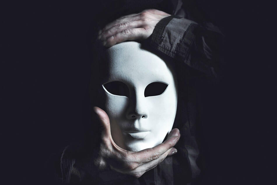 mascara blanca simbolizando la maldad humana