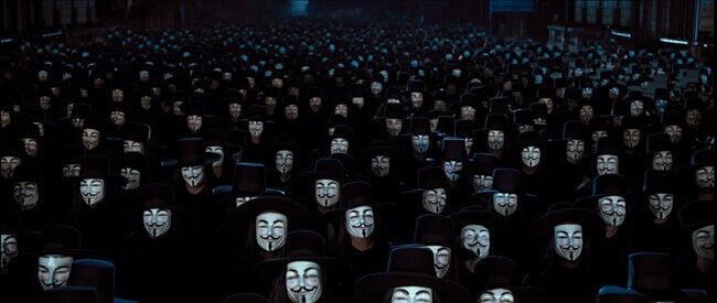 Muchas personas con la máscara de V en el cine