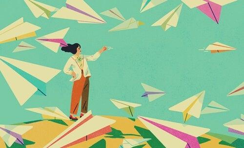 mujer con aviones de papel aplicando la técnica del 10-10-10
