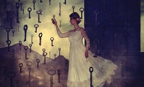 mujer cogiendo llaves para superar la resistencia al cambio