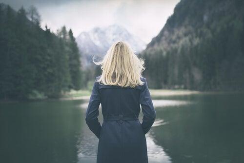 Mujer espaldas mirando un lago