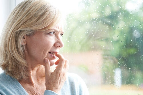 Mujer con fobia mirando por la ventana