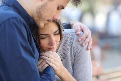 Mujer llorando con su amigo