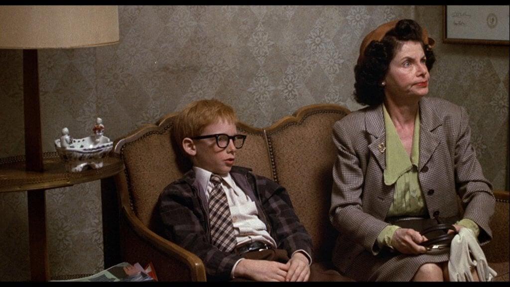 Mujer sentada en un sillón con su hijo