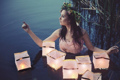 Ninfa con lámparas con luces en el agua
