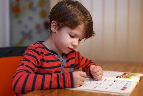 Niño haciendo esfuerzo con los deberes