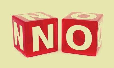 dados que forman la palabra NO simbolizando cómo neutralizar a un narcisista