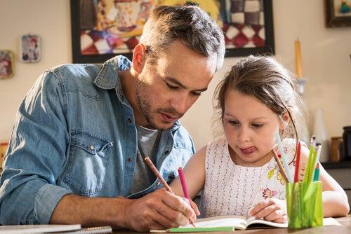 Padre haciendo deberes con su hija