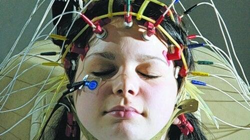 chica con electrodos simbolizando el aprendizaje durante el sueño