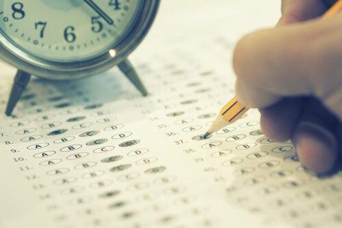 Persona haciendo un examen