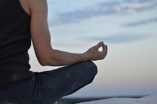 Persona meditando en un retiro de silencio