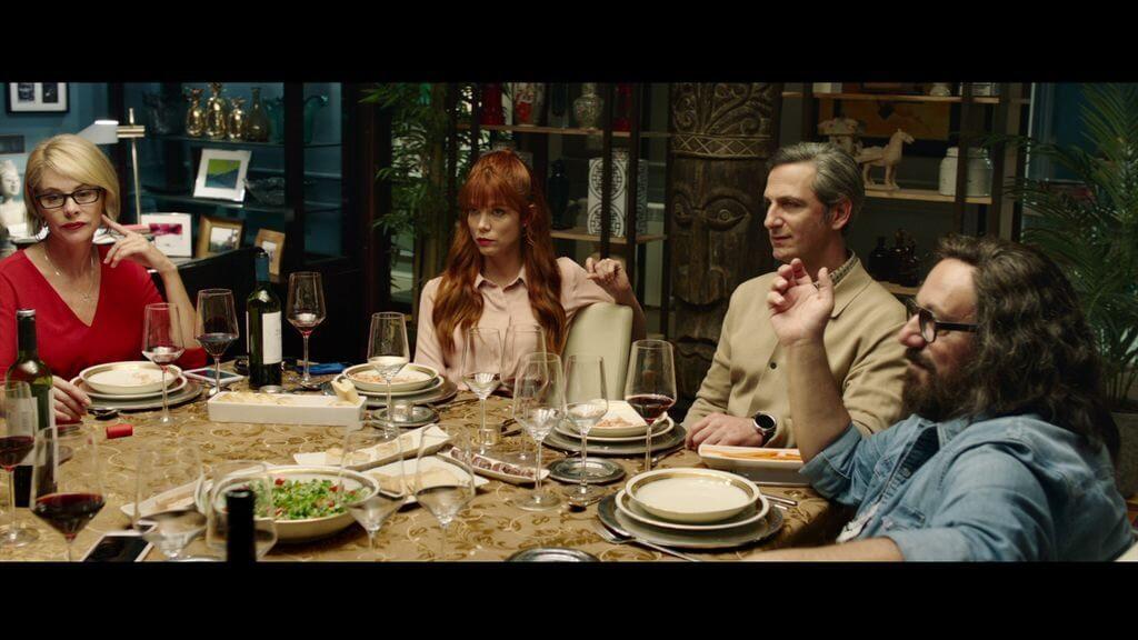 Personas cenando en una mesa