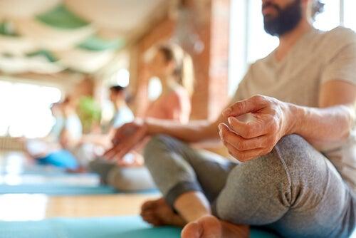 Personas meditando en grupo en un retiro de silencio