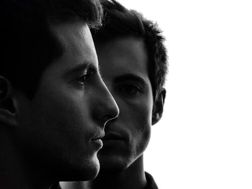 Cara de dos hombres simbolizando los mecanismos psicológicos que permiten a las personas herir a otras