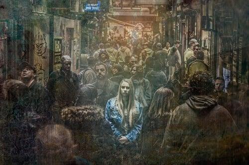 chica entre multitud que sufre soledad emocional