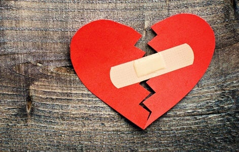 """corazón roto con tirita simbolizando a las personas con la necesidad de """"arreglar"""" a los demás"""