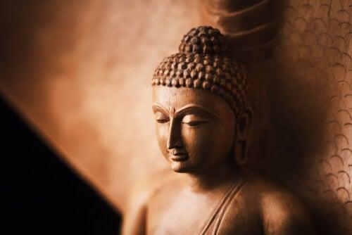 Estatua de Buda apoyada en una pared