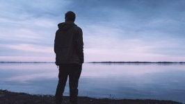 Hombre ante el mar pensando en el resentimiento